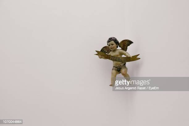 angel statue on white background - ange photos et images de collection