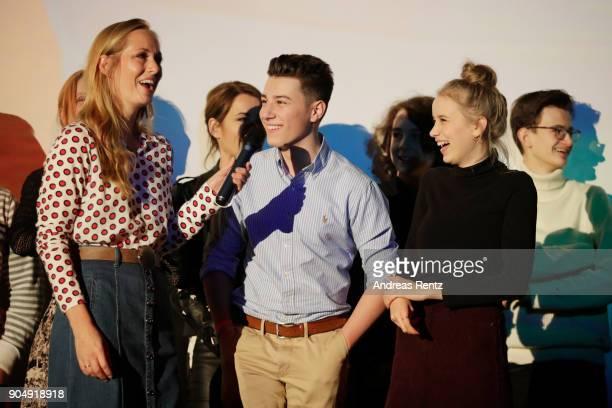 Angela FingerErben Oskar Keymer und Lina Hueesker attend the premiere of 'Hilfe ich hab meine Eltern geschrumpft' at Cinedom on January 14 2018 in...