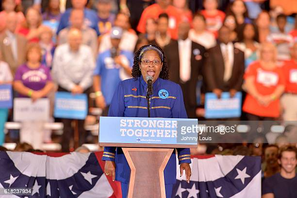 Angela Kelly performs the US National Anthem at a rally with Democratic presidential nominee former Secretary of State Hillary Clinton to highlight...