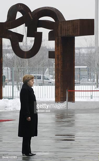 """Angela Merkel, Bundeskanzlerin, CDU, D - in Erwartung eines Staatsgastes vor dem Bundeskanzleramt mit der Skulptur """"Berlin"""" von Eduardo Chillida"""