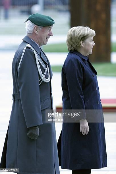 Angela Merkel, Bundeskanzlerin, CDU, D - mit Oberst Wolfgang Schneider, Leiter Protokoll BMVG in Erwartung eines Staatsgastes