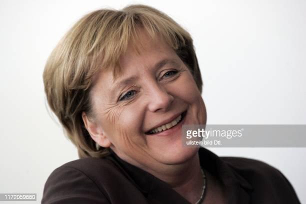 Angela Merkel Bundeskanzlerin der Bundesrepublik Deutschland in ihrem Büro im Bundeskanzleramt