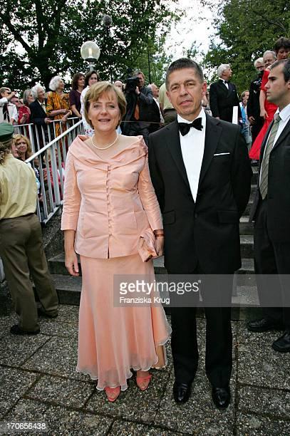 Angela Merkel Mit Ehemann Joachim Sauer Bei Der Ankunft Zu Den 94 Richard Wagner Festspielen Mit Der Aufführung Von 'Tristan Und Isolde' Im...