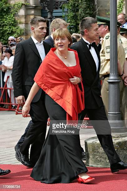 Angela Merkel Mit Ehemann Joachim Sauer Und Dessen Sohn Daniel Sauer Bei Der Ankunft Zur Eröffnung Der 93 RichardWagnerFestspiele Im Bayreuther...