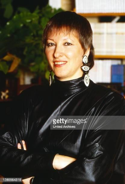"""Angela Sommer-Bodenburg, deutsche Schriftstellerin und Malerin, die die Geschichten von """"Der kleine Vampir"""" geschrieben hat, in ihrem Haus,..."""