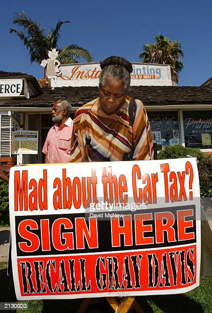 Angela Stellervant signs a petition to recall California Governor Gray Davis July 7, 2003 in the Crenshaw district of Los Angeles, California. The...