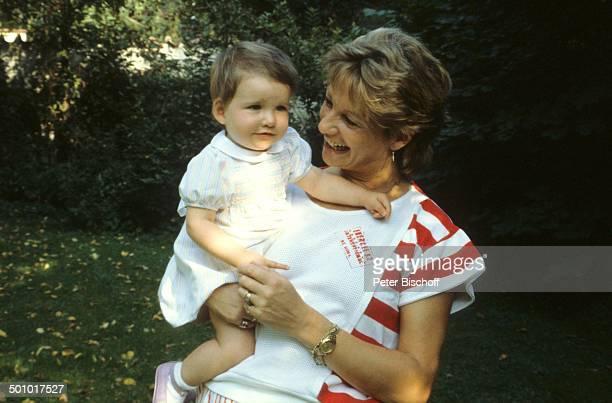 Angela Wepper Ehefrau von F r i t z W e p p e r Tochter Sophie Wepper Homestory München Bayern Deutschland Garten Baby Kleid auf den Arm nehmen...