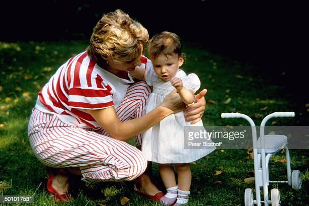 Angela Wepper Ehefrau von F r i t z W e p p e r Tochter Sophie Wepper Homestory München Bayern Deutschland Garten Baby Kleid umarmen Kleinkind...