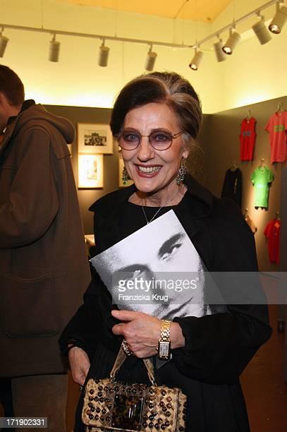 Angelica Blechschmidt Bei Der Ausstellungseröffnung 'One Man Show' Von K Lagerfeld In Berlin