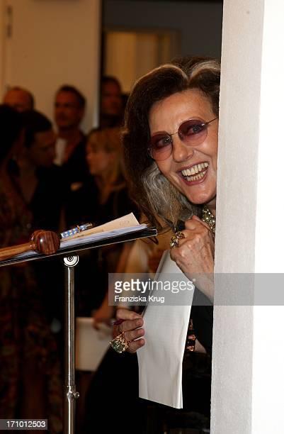 Angelica Blechschmidt Bei Der CharityAuktion Von StarPortraits Von 'Be An Angel' In Berlin