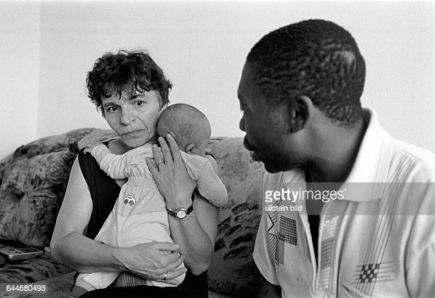 Angelika Adriano mit ihrem 5 Monate alten Sohn Gabriel ihr Mann Alberto aus Mosambik der schon 18 Jahre in Deutschland lebt wurde von rechten...