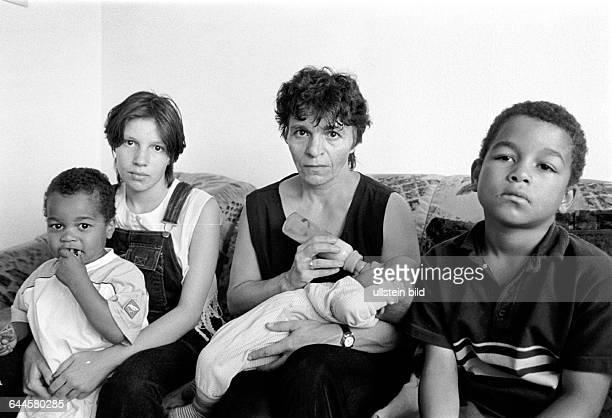 Angelika Adriano mit ihrem 5 Monate alten Sohn Gabriel links Tochter Steffanie Sohn Manuel rechts Sohn Belarmino ihr Mann Alberto aus Mosambik der...