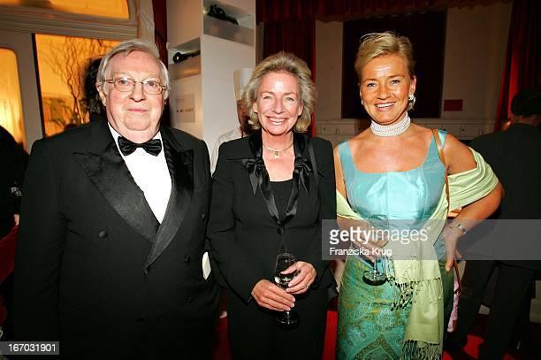 Angelika JahrStilcken Mit Ihrem Ehemann Rudolf Und Alexandra Jahr Bei Der Verleihung Des Henri Nannen Preis Im Deutschen Schauspielhaus In Hamburg