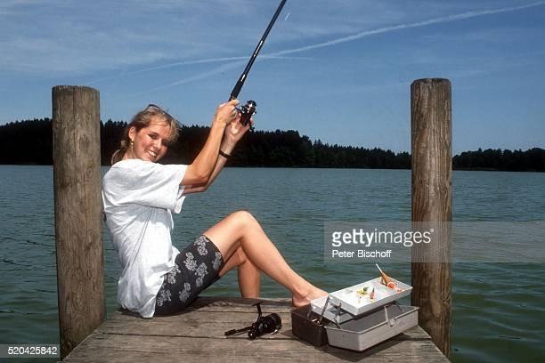 Angelika Reißner am am See beim Ferien-Appartement ihrer Eltern auf einem Bauernhof bei Rosenheim, Deutschland.
