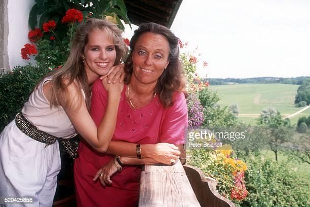Angelika Reißner und Mutter Walburga Reißner am im Ferien-Appartement ihrer Eltern auf einem Bauernhof bei Rosenheim, Deutschland.