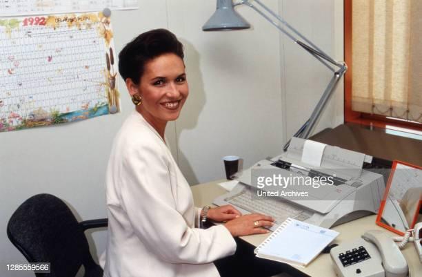 Angelika Wende, deutsche Nachrichtensprecherin, bei der Redaktionsarbeit beim ZDF in Mainz, Deutschland 1992.
