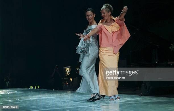 """Angelika Wende, Milena Preradovic,; Benefiz-Gala """"Divas"""", St.;Ingbert/Alte Schmelz/Saarland, Bühne,;Auftritt, Models, Mode, Kleider,;Modenschau,"""