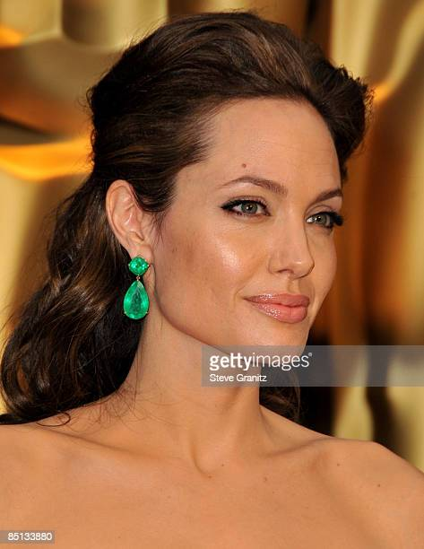 Angelina Jolie arrives at the 81st Academy Awards at The Kodak Theatre on February 22, 2009 in Hollywood, California.