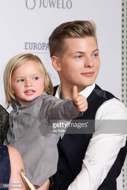Angelo Kelly's sons William Emanuel Kelly and Gabriel Jerome Kelly during the Goldene Henne winners board photo call on September 28 2018 in Leipzig...