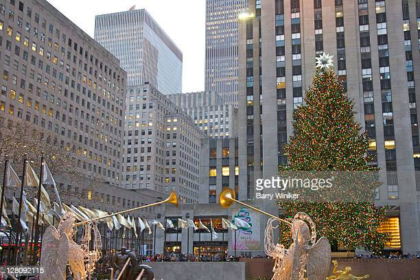 angels with horns, christmas tree and 30 rockefeller plaza, new york, ny, usa - rockefeller centre stock pictures, royalty-free photos & images
