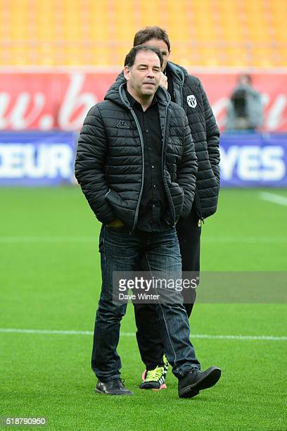 Angers coach Stephane Moulin and Angers assistant coach Serge Le Dizet during the French Ligue 1 match between ESTAC Troyes and Angers SCO on April 2...