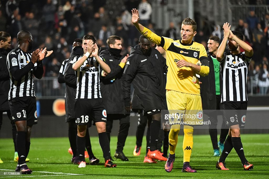 Angers' French goalkeeper Mathieu Michel (2-R) waves after the French L1 football match between Angers (SCO) and Toulouse (TFC) on October 22, 2016, at the Jean Bouin Stadium in Angers, northwestern France. / AFP / JEAN