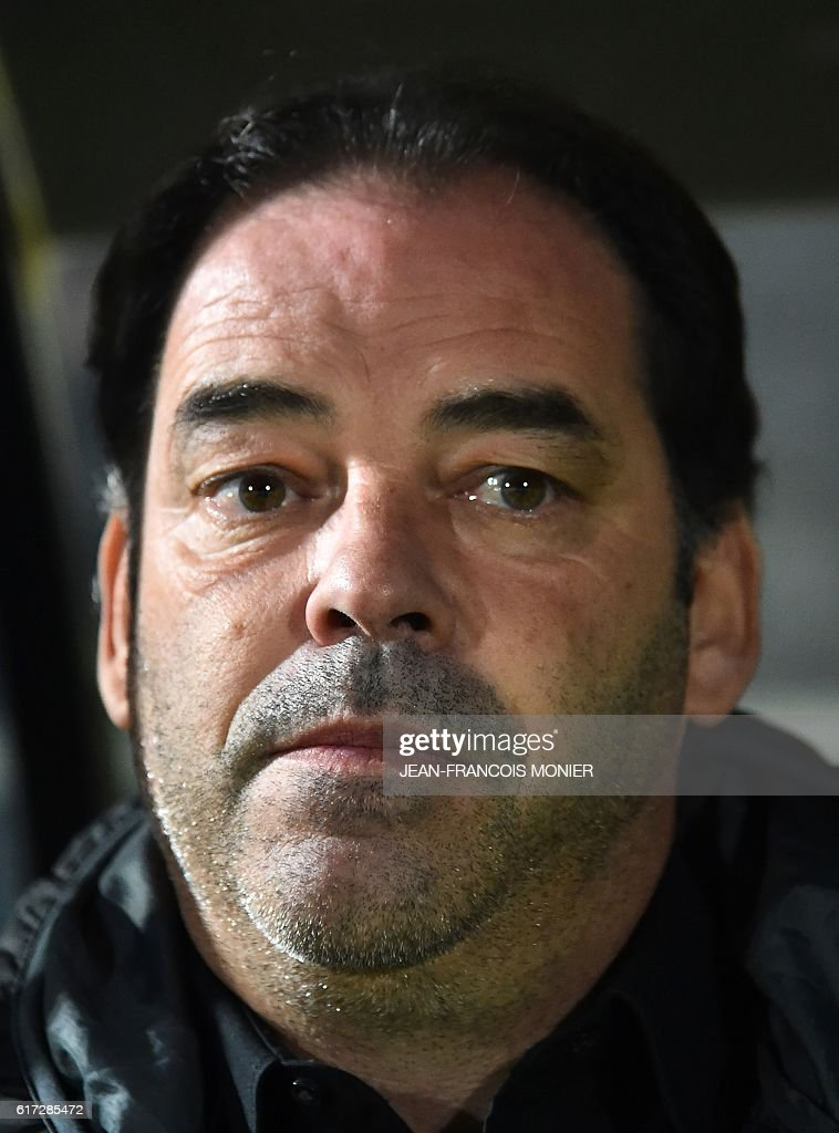 Angers' French head coach Stephane Moulin looks on during the French L1 football match between Angers (SCO) and Toulouse (TFC) on October 22, 2016, at the Jean Bouin Stadium in Angers, northwestern France. / AFP / JEAN