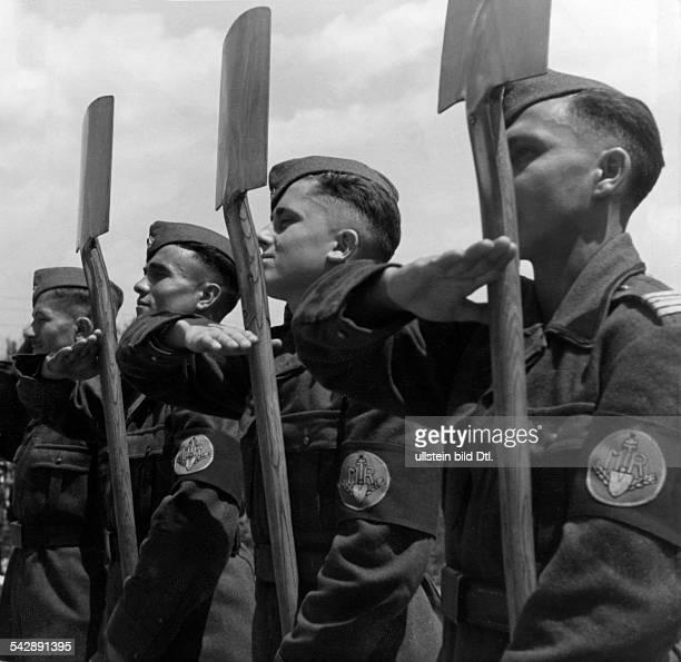 Angetretenes Bataillon des Arbeitsdienstes präsentiert die Spatenveröffentlicht Signal 21/1943