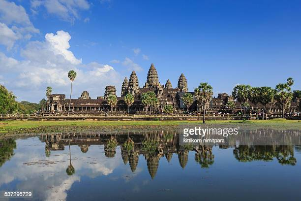 angkor wat and reflecting pool - kambodschanische kultur stock-fotos und bilder