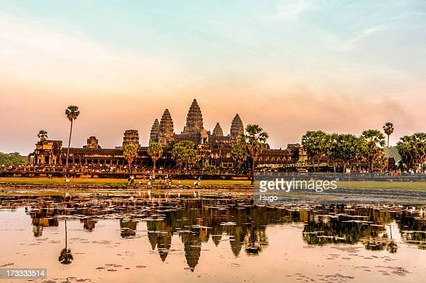 angkor wat in the sunset - kambodschanische kultur stock-fotos und bilder