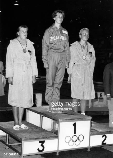 L'Anglaise Anita Lonsbrough devant les Allemandes Wiltrud Urselmann et Barbara Gôbel de l'équipe unifiée d'Allemagne sur le podium après avoir...