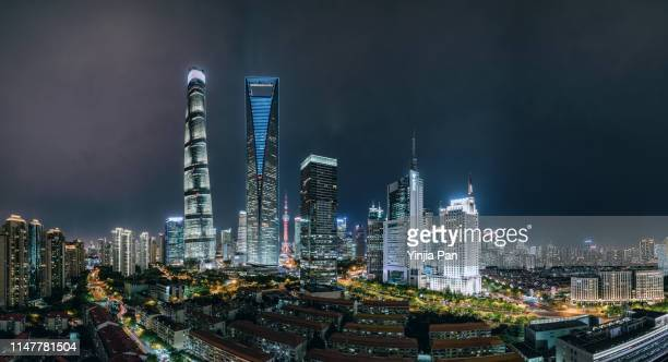 angle view of lujiazui financial district, with landmarks as oriental pearl tower, shanghai world financial center and shanghai tower. - shanghai world financial center - fotografias e filmes do acervo