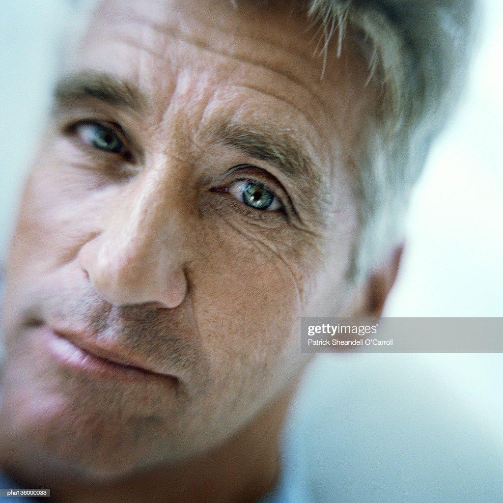 Angled portrait of senior man : Stockfoto