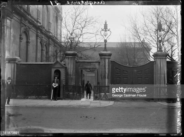 Angleterre/entree de Marlborough House, between 1900 and 1919.