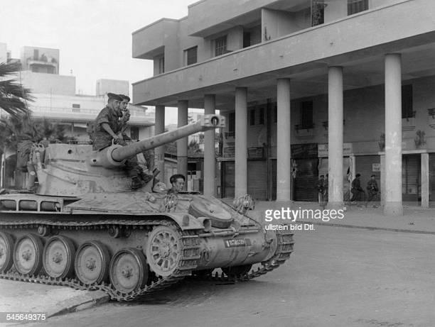 AngloFranzösische Intervention im SuezKanalKonflikt Französische Panzer sichern die Strassen von Port Said nach dem vereinbarten Waffenstillstand
