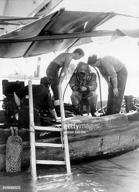 Anglo-französische Intervention im Suez-Kanal-Konflikt: Im britisch besetzten Port Said werden Taucher eingesetzt, um die von den Ägyptern versenkten...