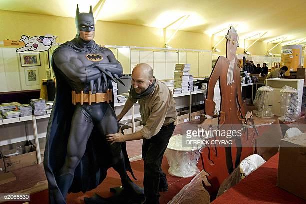 Une personne s'affaire, le 26 janvier 2005 a Angouleme, lors des derniers preparatifs dans les stands du festival international de bande dessinee , a...