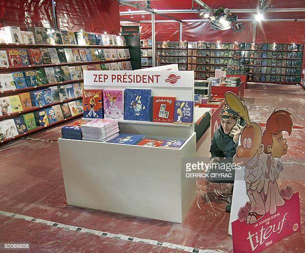 Une personne s'affaire, le 26 janvier 2005 a Angouleme, lors des derniers preparatifs dans le stand de Zep, createur de Titeuf et president de la 32e...