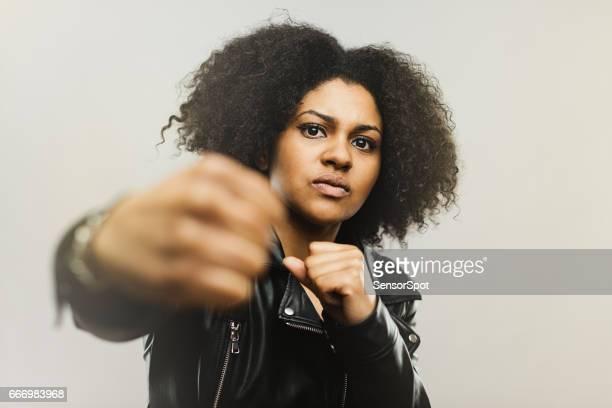 Mujer africana enojada lucha