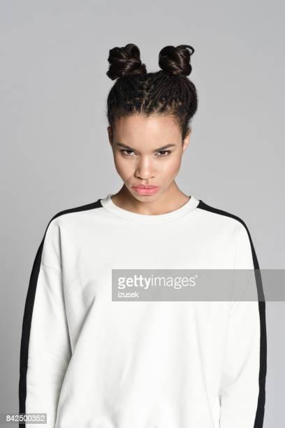 wütend afro amerikanischen teenager frau - izusek stock-fotos und bilder