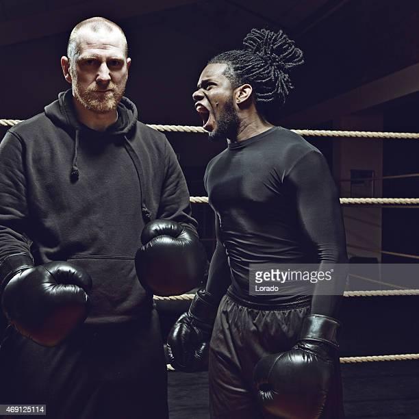 Noir boxer en colère criant à son adversaire