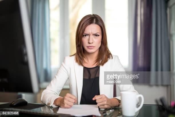 boos zakenvrouw schreeuwen - ongeduldig stockfoto's en -beelden