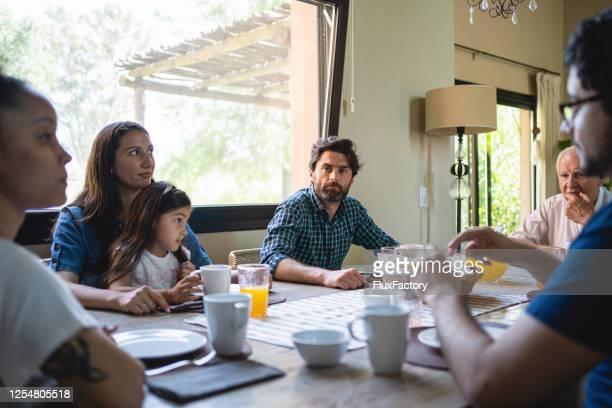 怒っているお父さんは彼の家族と沈黙の瞬間を楽しんで - 激怒 ストックフォトと画像
