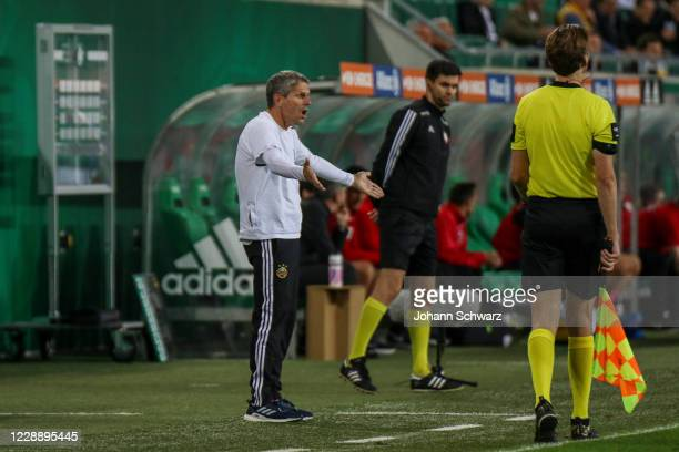 Angry head coach Dietmar Kuehbauer of Rapid and assistant referee during the tipico Bundesliga match between SK Rapid Wien and LASK at Allianz...