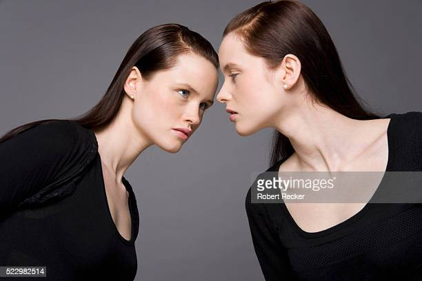 angry identical twin sisters - schwester stock-fotos und bilder