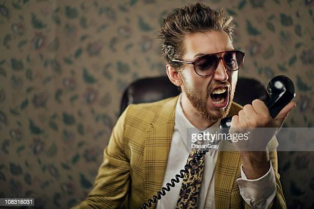 man yelling en teléfono
