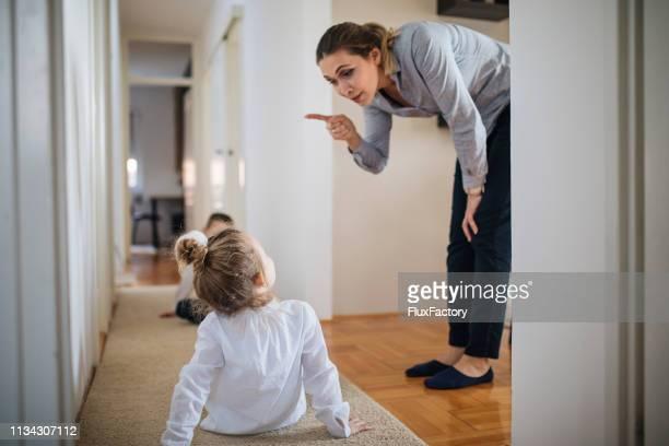 boze moeder en haar kinderen - woede stockfoto's en -beelden