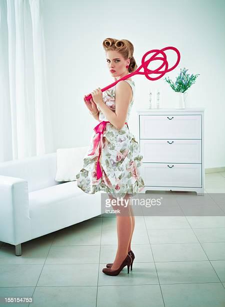 Wütende retro Frau mit Teppich Treiber