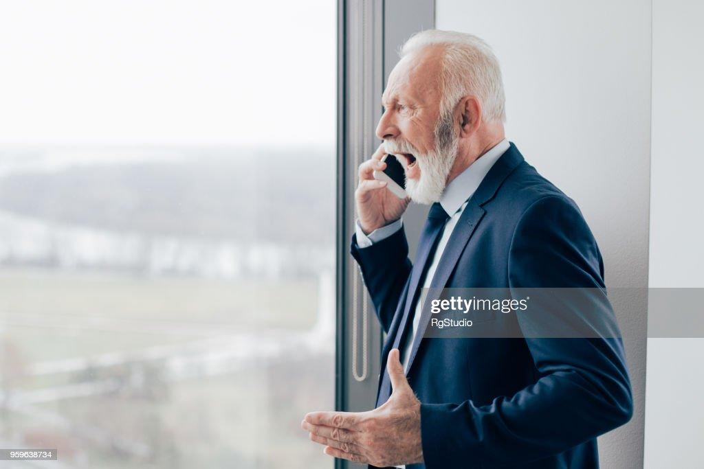 Wütend senior Business schreien auf Handy : Stock-Foto