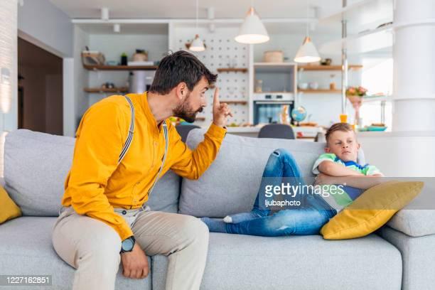 enfadado padre estricto regaño daconferencia travieso testarudo hijo pequeño - familia con un hijo fotografías e imágenes de stock